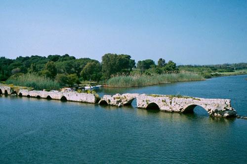 antike Römerbrücke bei Fertilia