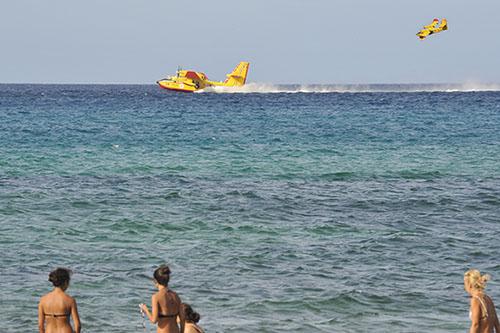 Löschflugzeuge am Strand