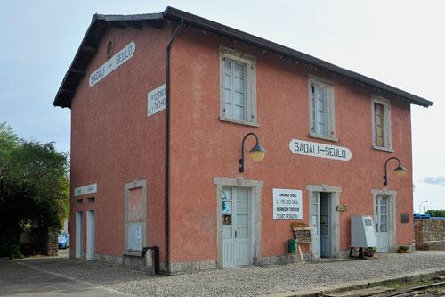 Sadali, Bahnhof