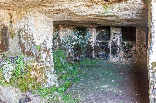 Felsengrab bei Ossi